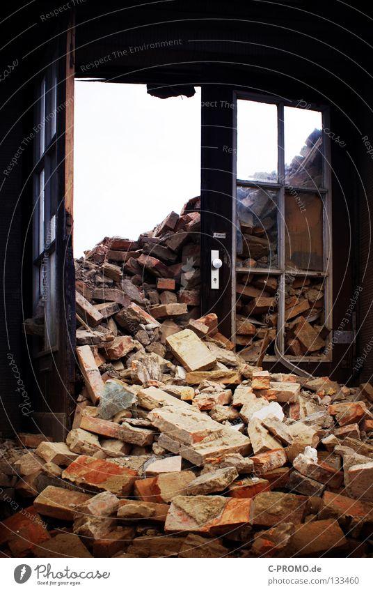 Ey Mann - Wo is' mein Haus? Gebäude Tür Trauer verfallen Backstein Handwerk Verzweiflung Krieg Zerstörung Demontage Angriff Haufen Bombe Bauschutt Müll