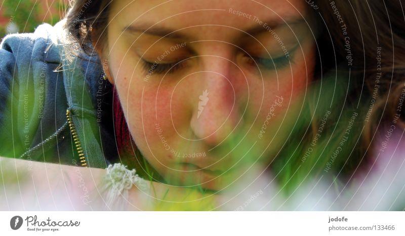 An einem Sonntag im April... schlafen Pause Erholung Gras Blume Gänseblümchen Wiese Sonnenbad geschlossene Augen Oval feminin Frau Jugendliche Pullover braun
