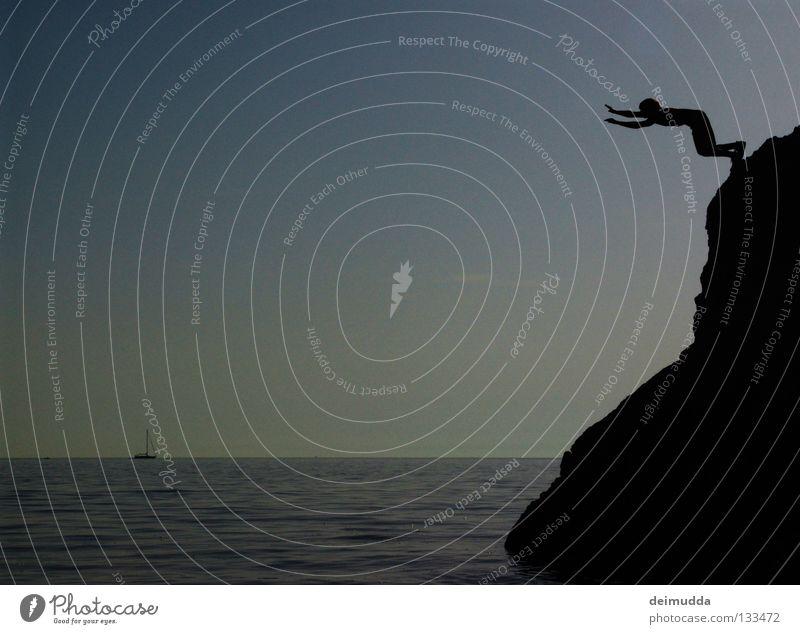 Cliffhanger springen Wasserfahrzeug tief Mann Luft hängen bereit Meer nass Extremsport Tod Himmel Berge u. Gebirge hoch Mensch fallen fliegen angewurzelt
