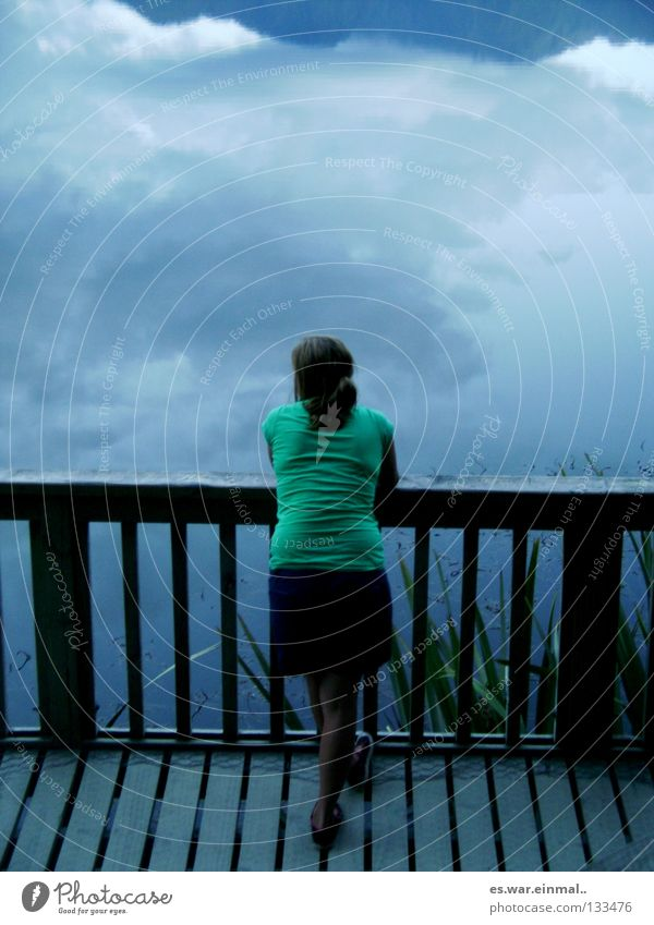 himmel und hölle. Mensch Wasser Himmel Wolken dunkel See Stimmung Sträucher Zaun Schifffahrt Shorts Hölle