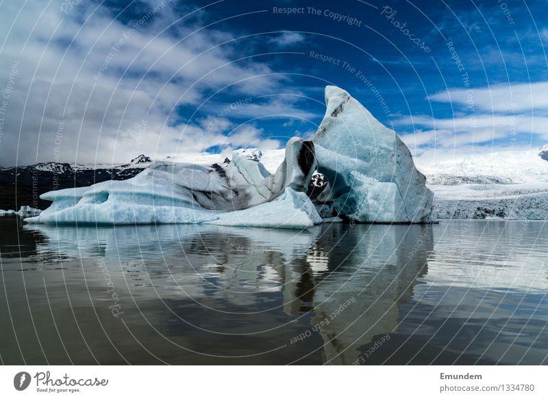 Eisberg vor Gletscher Umwelt Natur Landschaft Urelemente Wasser Himmel Wolken Klimawandel Frost Island dreckig kalt blau weiß Farbfoto Außenaufnahme Tag Licht