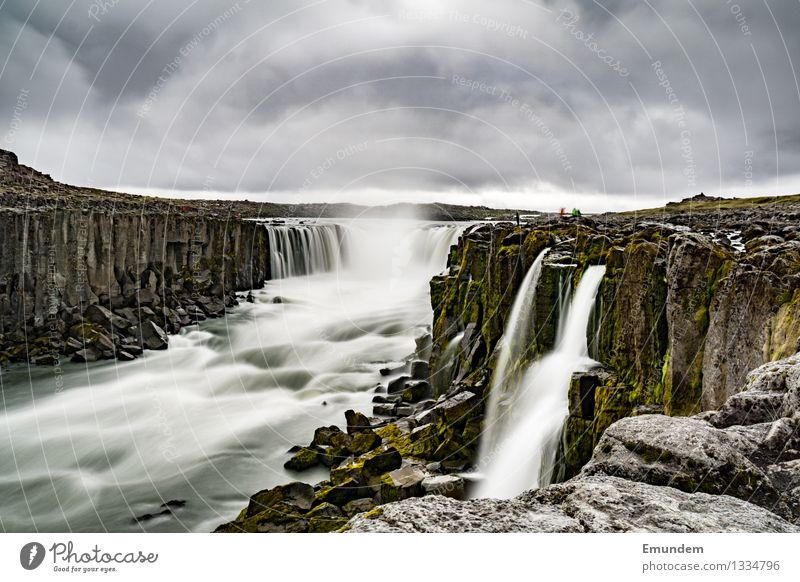 Godafoss Umwelt Natur Landschaft Urelemente Wasser Himmel Wolken schlechtes Wetter Wasserfall Hochebene Island nass trist wild weich grau Energie