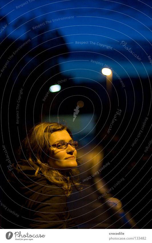 Nachtportrait Frau Mensch schön Porträt Straße dunkel Haare & Frisuren Kopf Mund Brille Lippen Dame Jacke Verkehrswege Erwartung