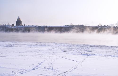 Nebel Neva Fluss Himmel Natur Stadt Meer Winter dunkel Schnee Küste Gebäude See Fuß Kirche Frost gefroren