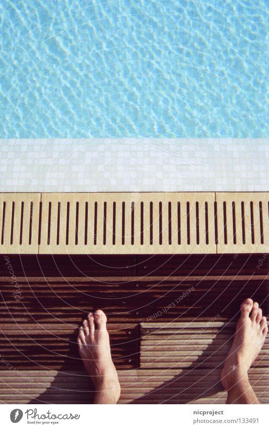Mut zum Sprung Wasser Sommer Freude kalt springen Fuß Schwimmbad Vertrauen Gänsehaut