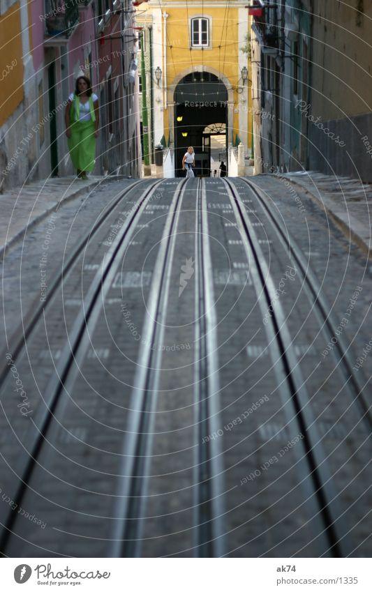 Bergab Lissabon Gleise Straßenbahn parallel Verkehr Linie