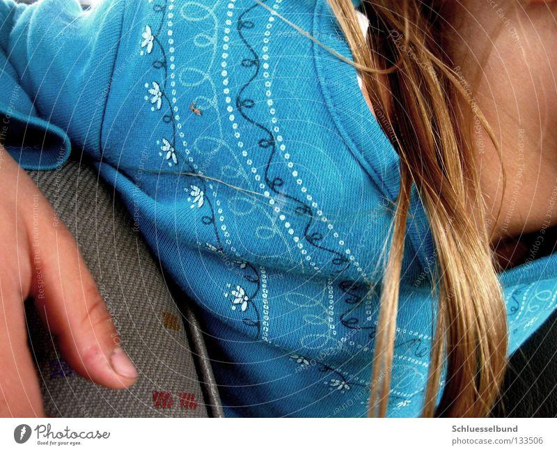 Langeweile im Auto Haare & Frisuren Haut Pullover Stoff blond dunkel hell blau rot Daumen Fingernagel Autositz Hals Punkt Blumenmuster Detailaufnahme Muster