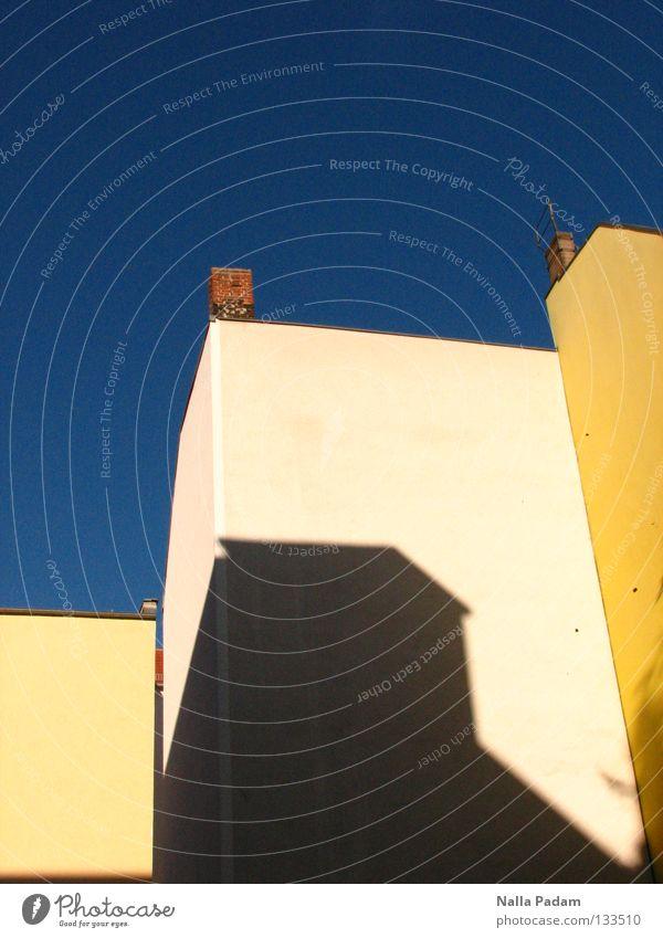 Sonne im Hinterhof Himmel blau Sommer Farbe Wand Wärme hell Physik Häusliches Leben