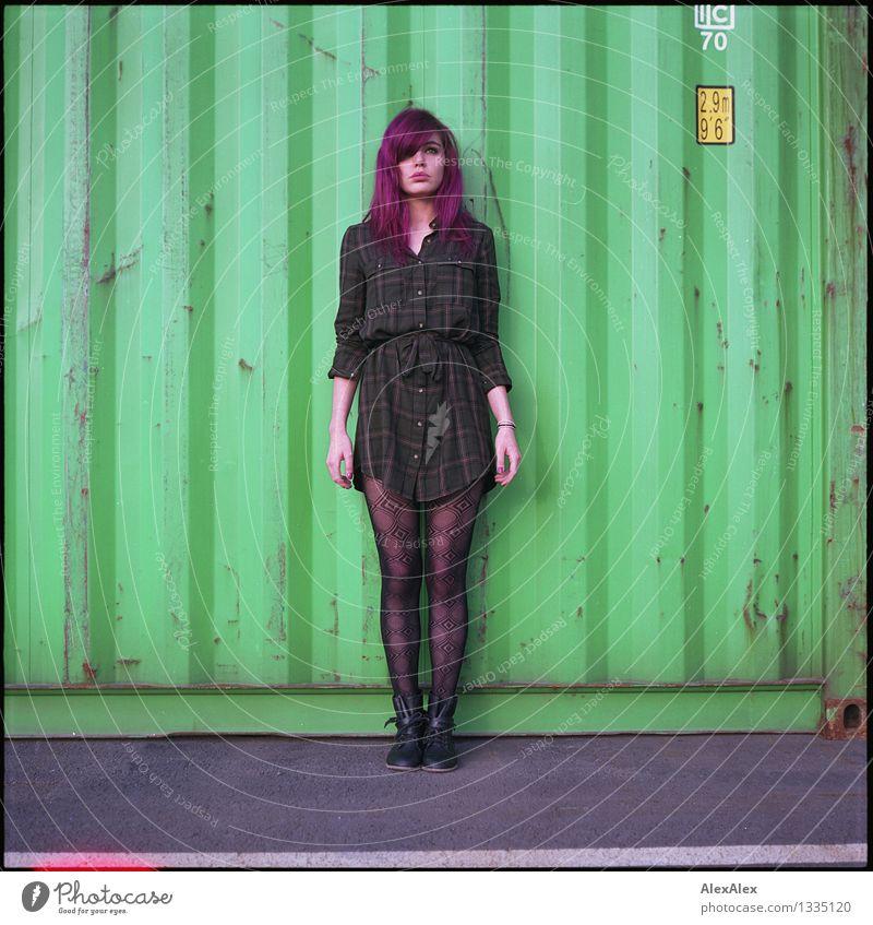Erwartungshaltung Container Junge Frau Jugendliche Körper Haare & Frisuren 18-30 Jahre Erwachsene Kleid langhaarig violett Metall Light leak Blick stehen warten