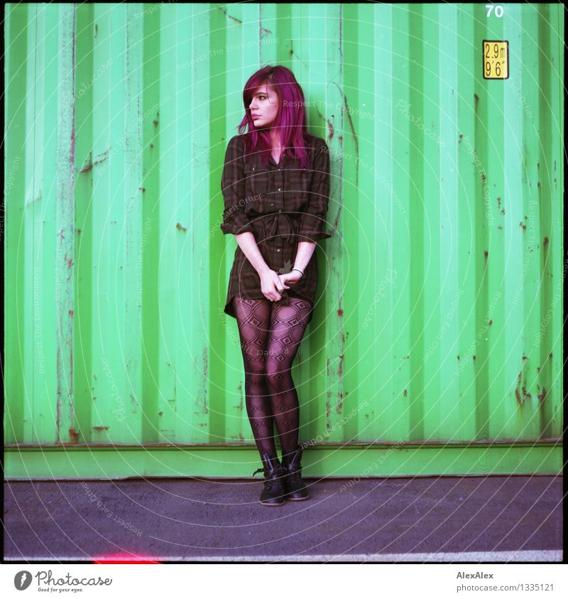 Abwarten Container Junge Frau Jugendliche Körper Haare & Frisuren 18-30 Jahre Erwachsene Kleid langhaarig violett Metall Light leak Blick stehen ästhetisch