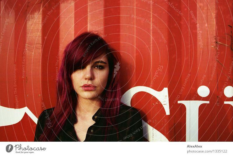 rot Junge Frau Jugendliche Gesicht 18-30 Jahre Erwachsene Kleid langhaarig violett Metall Buchstaben Container Blick warten ästhetisch authentisch Coolness