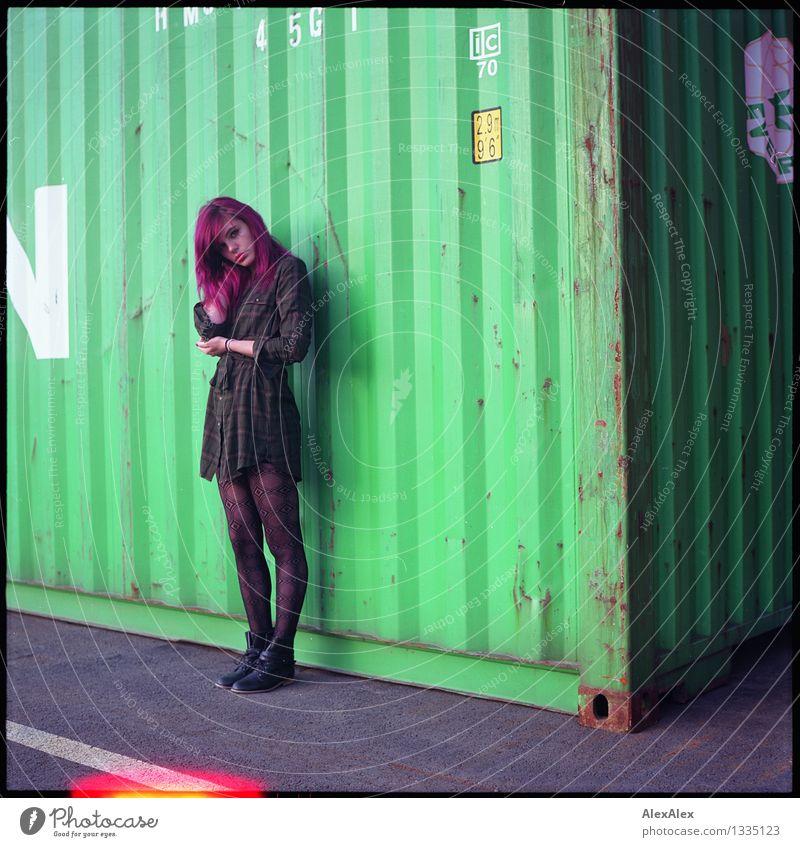 steht da Hafen Junge Frau Jugendliche Körper 18-30 Jahre Erwachsene Container Kleid langhaarig Light leak Blick stehen ästhetisch authentisch außergewöhnlich