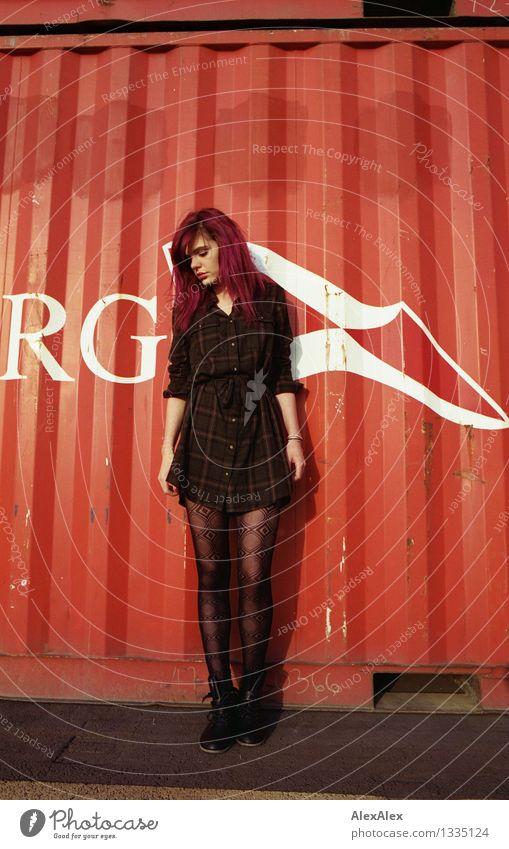 rot Jugendliche Stadt schön Junge Frau 18-30 Jahre Erwachsene Gefühle natürlich feminin Beine Metall wild authentisch stehen ästhetisch groß
