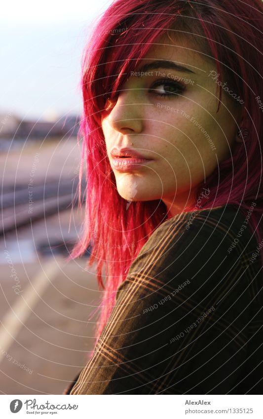 * Junge Frau Jugendliche Haare & Frisuren Gesicht 18-30 Jahre Erwachsene Schönes Wetter langhaarig violett Blick ästhetisch authentisch außergewöhnlich Coolness