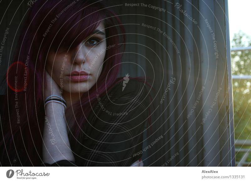 Janini Junge Frau Jugendliche Gesicht Lippen 18-30 Jahre Erwachsene Schönes Wetter Container langhaarig Metall Blendenfleck Blick träumen warten ästhetisch