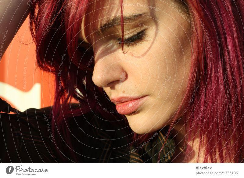 800 - Die gute Janini Junge Frau Jugendliche Haare & Frisuren Gesicht 18-30 Jahre Erwachsene Schönes Wetter Schönheitsfleck langhaarig Farbe violett berühren