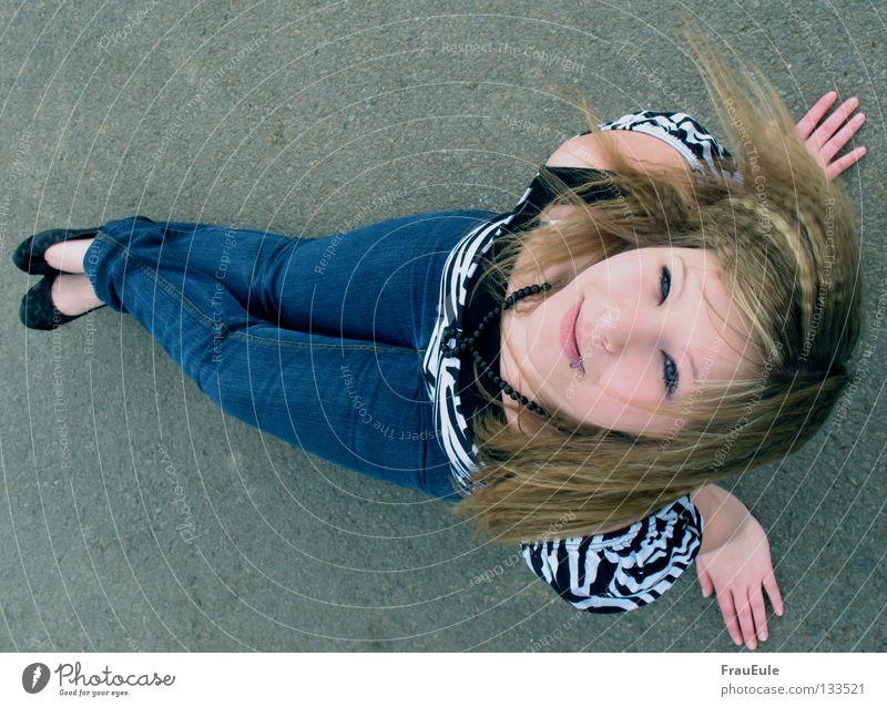 Schmetterling Frau Jugendliche blau Sommer Straße oben Haare & Frisuren Schuhe Vogel Wellen Jeanshose T-Shirt liegen Eisen Zebra Strebe
