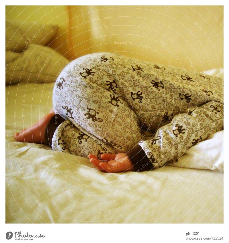 Schlafmütze Baby Kleinkind Bett Schlafanzug schlafen Hand Affen braun gelb Quadrat Kissen Erholung Morgen aufwachen Vertrauen Bauchlage Fuß liegen Decke