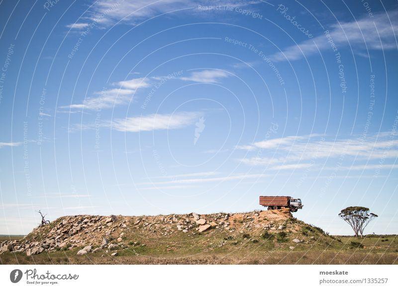 Ich kündige! Baum Arbeit & Erwerbstätigkeit blau freilassen Kündigung Lastwagen Australien Kies Hügel Am Rand auf der kippe Farbfoto Gedeckte Farben