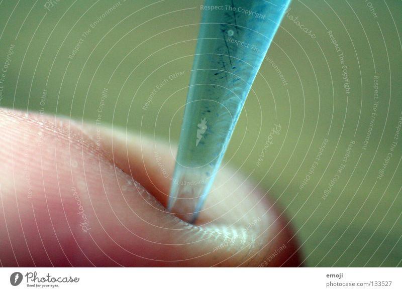 spitzig Finger stechen nah Makroaufnahme Fingerabdruck kalt matt Acryl Retroring Nahaufnahme Schwäche reinstechen Spitze Haut skin Coolness Schmerz Glas glass
