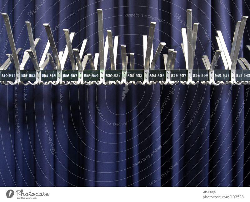 Garderobe Kleiderständer Bekleidung Ständer Haken aufhängen glänzend Stoff Vorhang weiß Kino Veranstaltung Theater Metall gestänge blau Falte silber Show marqs