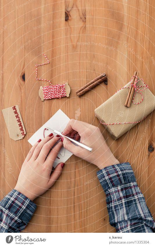 Weihnachtsvorbereitungen Mensch Weihnachten & Advent Hand feminin braun Zufriedenheit Freizeit & Hobby Arme Bekleidung Geschenk Papier Schnur Vorfreude