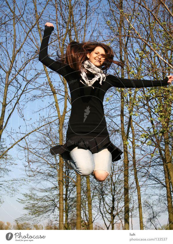 vorfreude 2 Freude Glück Sommer Luftverkehr Jugendliche Himmel Frühling Baum lachen springen Fröhlichkeit blau schwarz Lebensfreude Frühlingsgefühle Vorfreude