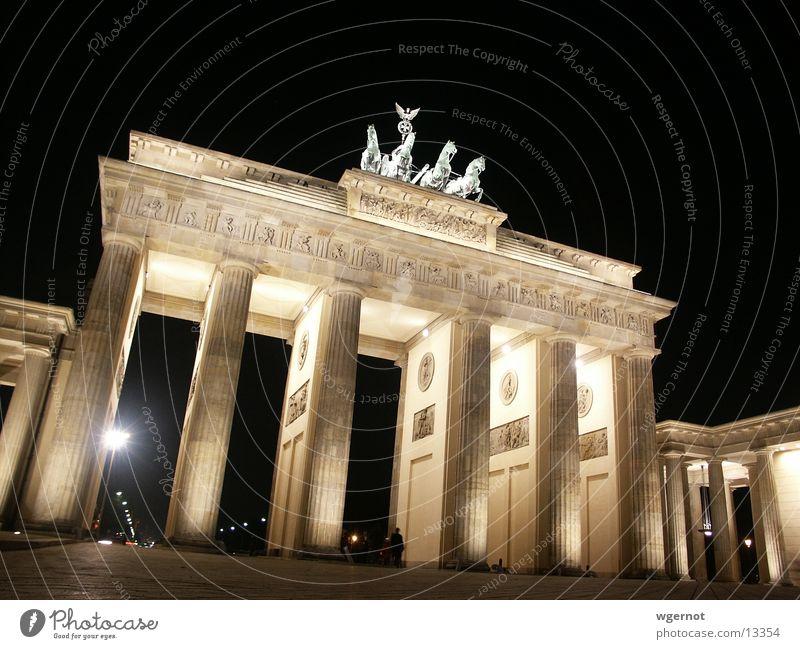 Brandenburger Tor bei Nacht Pariser Platz Pferd Stimmung historisch Berlin