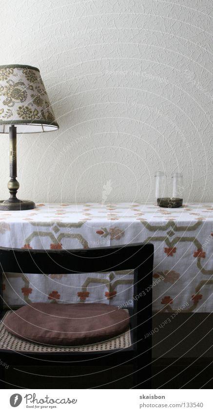 verblassen lassen alt weiß Einsamkeit kalt Wand Traurigkeit Denken Lampe hell Zeit Glas Platz frei planen Tisch trist