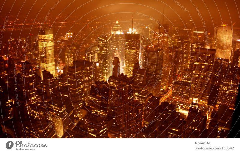 burning rom New York City Stadt Nacht dunkel Licht Vogelperspektive Beton Stahl Hochhaus Fenster Straße Verkehr KFZ rot braun USA Januar Empire State Building