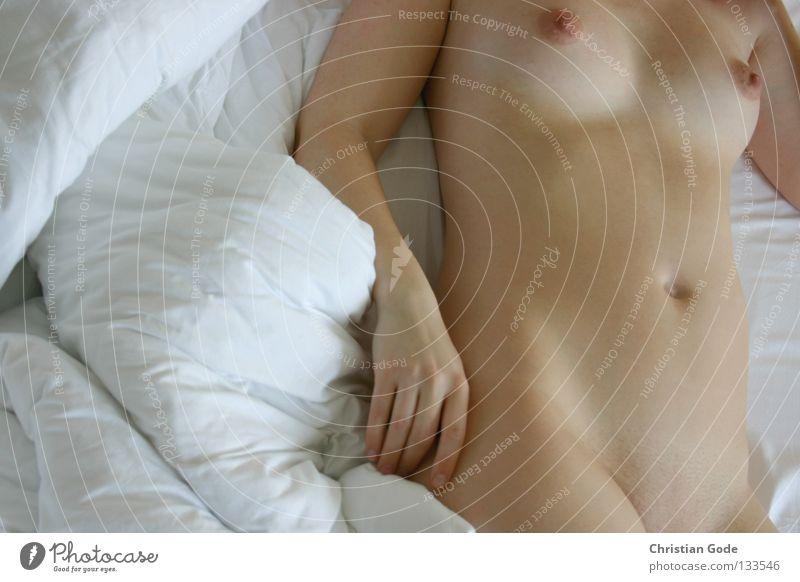 Akt liegend Frau nackt Bett weiß schlafen aufwachen lümmeln Halbschlaf Erholung rechts lang Oberarm Unterarm Speichen Bizeps Hand Finger Skelett Ringfinger