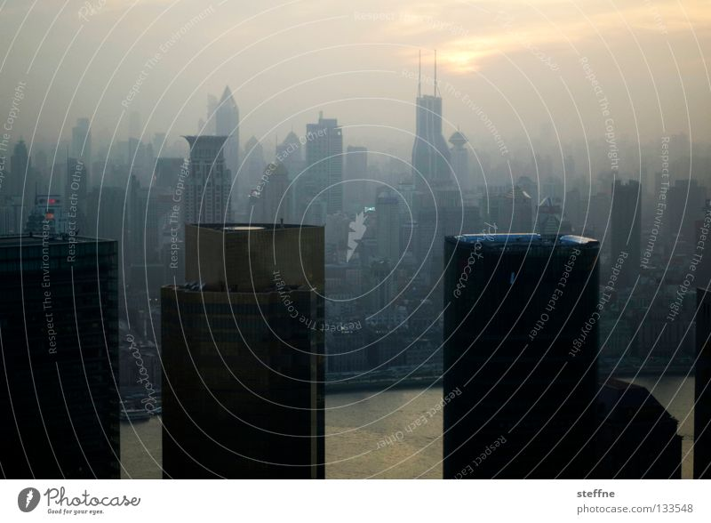 Trübe Aussichten Stadt Haus dunkel oben dreckig Nebel Umwelt groß Hochhaus hoch modern Macht Wachstum Geldinstitut Häusliches Leben