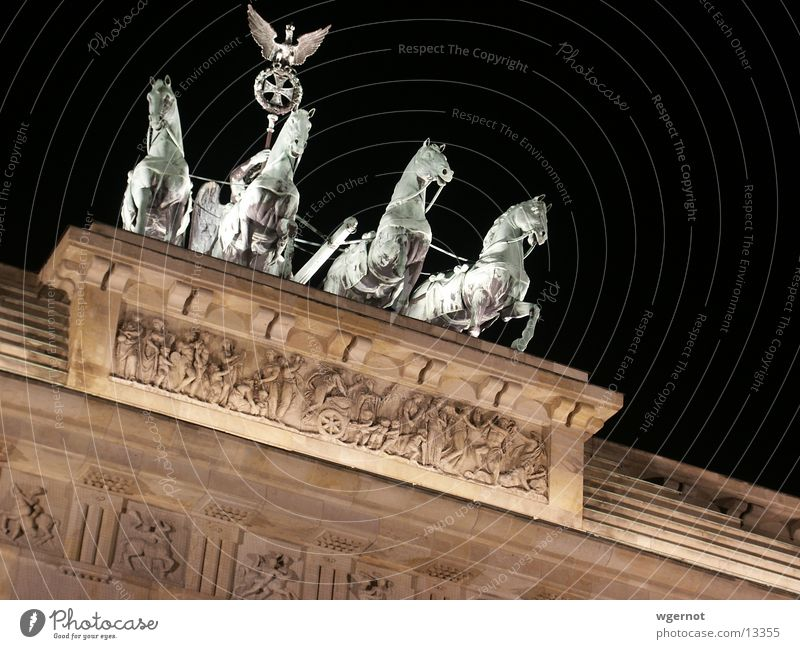 Pferde wie aus einem Guss Berlin Mauer Stimmung historisch Brandenburger Tor
