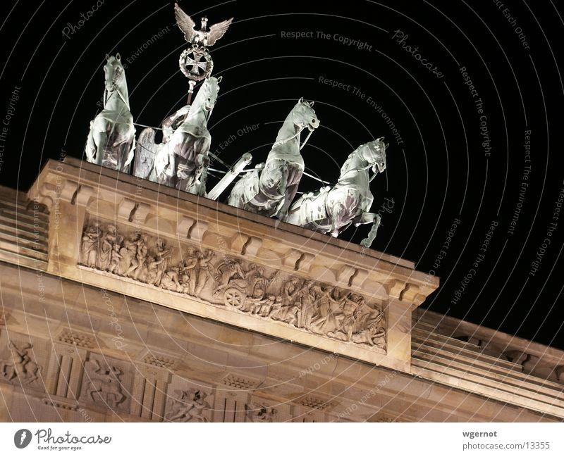Pferde wie aus einem Guss Brandenburger Tor Nacht Stimmung Mauer historisch Berlin
