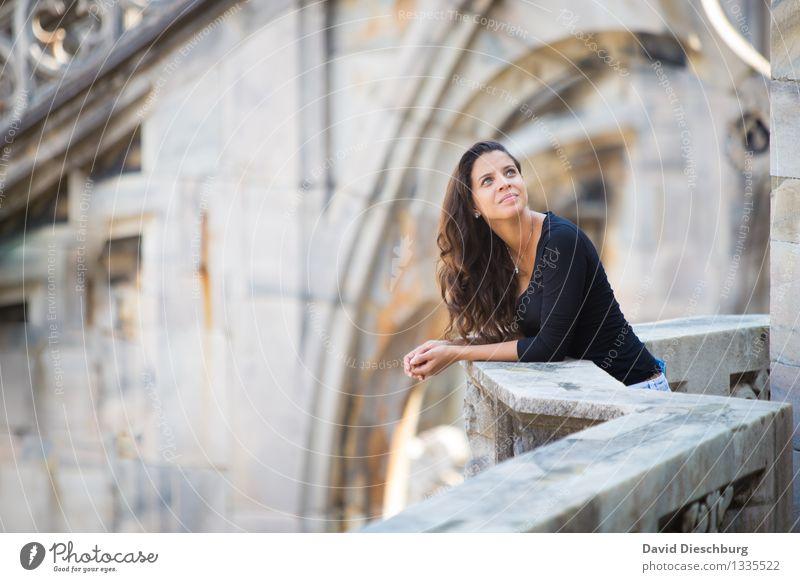 Aufblicken Mensch Ferien & Urlaub & Reisen Jugendliche schön Junge Frau 18-30 Jahre schwarz Gesicht Erwachsene gelb Wand feminin Mauer grau Kopf braun