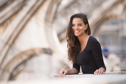 Be smile Ferien & Urlaub & Reisen Tourismus Sightseeing Städtereise feminin Junge Frau Jugendliche Kopf Gesicht Arme 1 Mensch 18-30 Jahre Erwachsene Stadt Dom