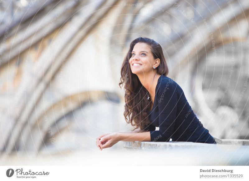 Den Tauben nachschauen... Ferien & Urlaub & Reisen Tourismus Sightseeing Städtereise feminin Junge Frau Jugendliche Leben Kopf Gesicht Arme Hand 1 Mensch