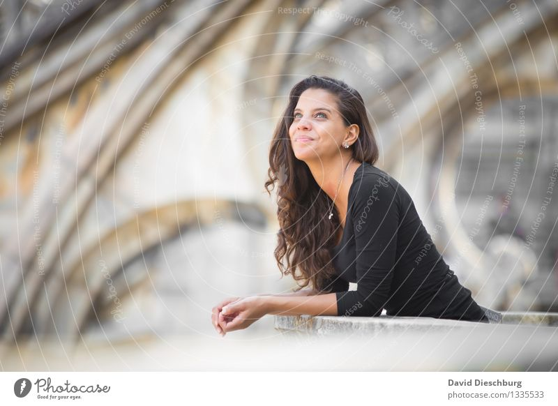 Den Wolken nachschauen... Mensch Ferien & Urlaub & Reisen Jugendliche Stadt schön Junge Frau ruhig 18-30 Jahre schwarz Gesicht Erwachsene Architektur feminin