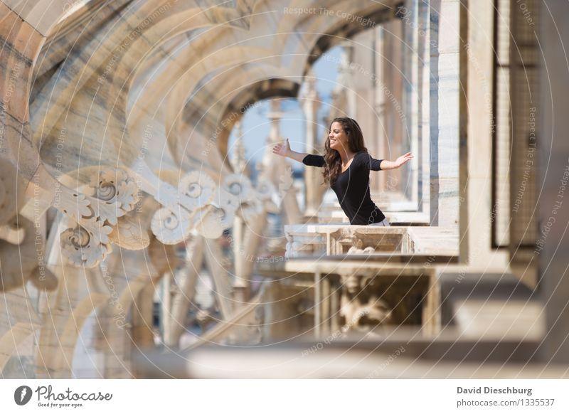 Mit offenen Armen Mensch Ferien & Urlaub & Reisen Jugendliche Stadt Junge Frau Freude 18-30 Jahre Erwachsene Architektur feminin Glück Kopf Tourismus Arme Lebensfreude Italien