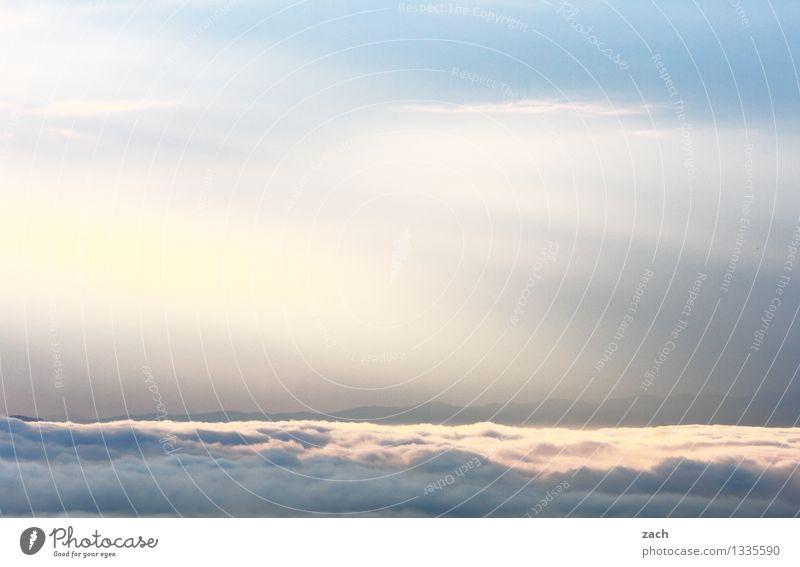 zwischen Wolken und Himmel Natur Schönes Wetter schlechtes Wetter Nebel Regen Hügel Berge u. Gebirge blau weiß Farbfoto Außenaufnahme Menschenleer