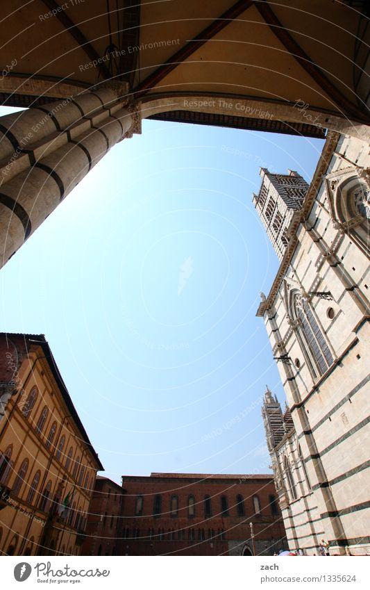 the inner circle Stadt blau Haus Wand Architektur Gebäude Mauer Religion & Glaube Fassade Häusliches Leben Platz Kirche Italien Turm historisch Bauwerk
