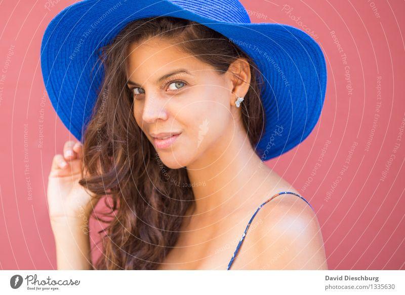 In ihren Augen verlieren... feminin Junge Frau Jugendliche Gesicht Ohr Nase Hand 1 Mensch 18-30 Jahre Erwachsene Hut brünett langhaarig Locken blau gelb rosa