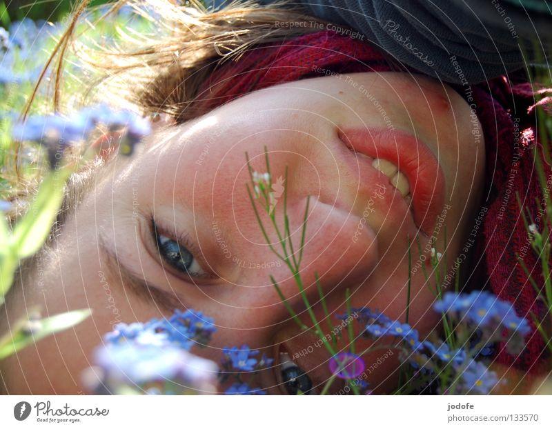 durch die blume Frau Mensch blau Pflanze Sommer Blume Freude ruhig Einsamkeit Gesicht Auge Erholung feminin Wiese Leben Spielen