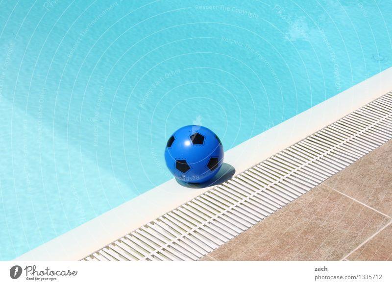 künstliches Becken Wellness Schwimmbad Schwimmen & Baden Freizeit & Hobby Spielen Sommer Sommerurlaub Ballsport Wasser Spielzeug Sport nass blau Freude Fußball