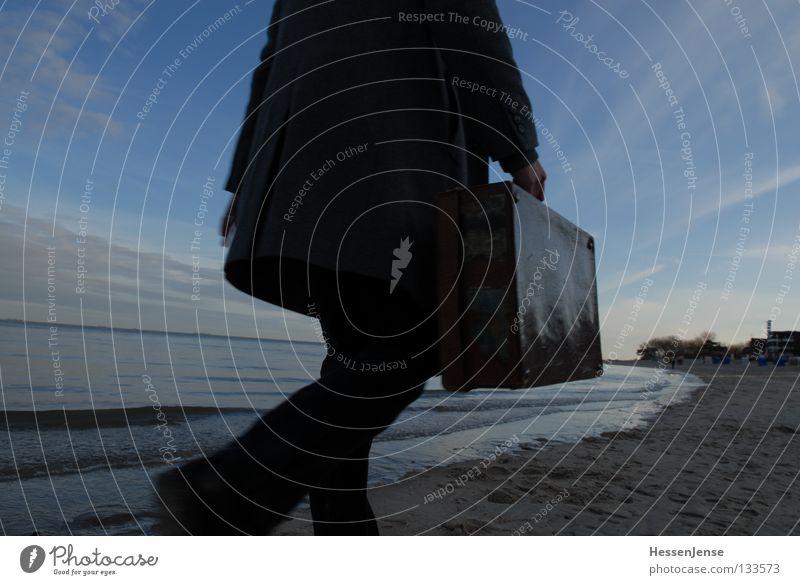 Person 34 Himmel Meer Einsamkeit Wolken Strand See gehen wandern Wellen Hoffnung Koffer unterwegs Moral
