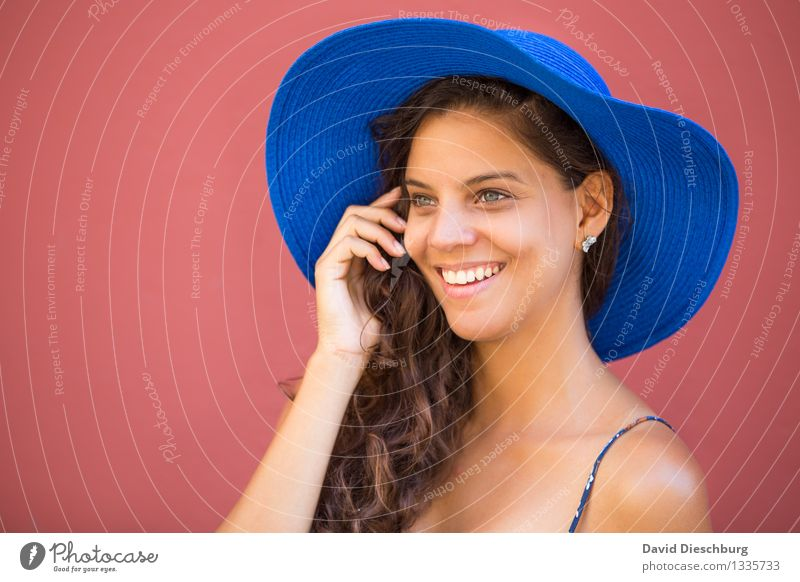 Glücklich bis ins Detail Mensch Ferien & Urlaub & Reisen Jugendliche blau schön Junge Frau Hand rot Freude 18-30 Jahre Gesicht Erwachsene gelb Gefühle feminin
