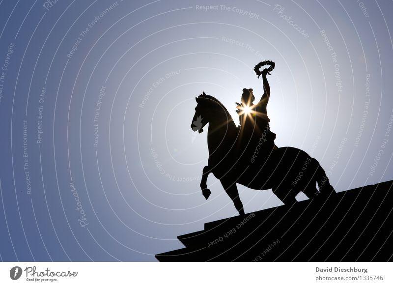 Hoch zu Ross Mensch Ferien & Urlaub & Reisen Stadt blau weiß Tier schwarz Freiheit Tourismus Stern (Symbol) Macht Hoffnung Bauwerk Pferd Mut Denkmal