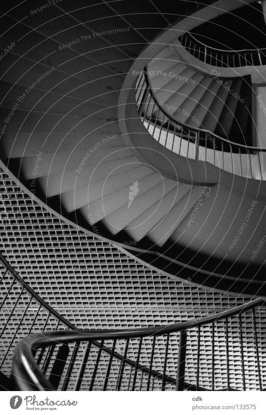 Blick nach oben Treppe Treppengeländer Etage Gitter Beton Stahl Eisen Muster Raster grau Richtung Flur Gebäude dunkel tief Abwechselnd klein groß Drehung rund
