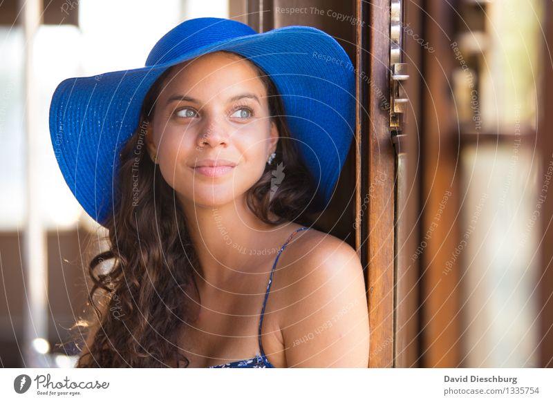 Fensterplatz Mensch Ferien & Urlaub & Reisen Jugendliche blau schön Junge Frau weiß ruhig Freude 18-30 Jahre Gesicht Erwachsene gelb feminin Glück