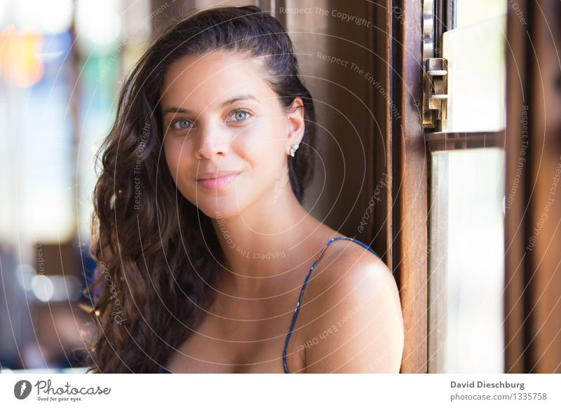Fensterplatz II feminin Junge Frau Jugendliche Kopf Gesicht 1 Mensch 18-30 Jahre Erwachsene brünett langhaarig Locken braun gelb weiß Glück Zufriedenheit schön